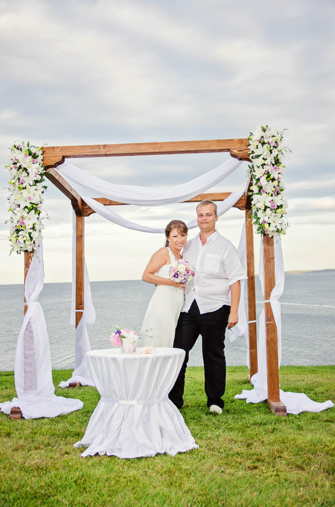 Bride and groom posing in front of the sea in Anel