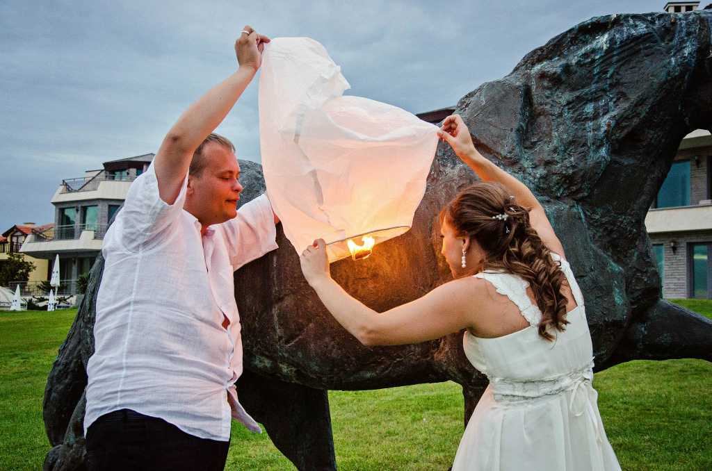 Wedding couple holding a sky lantern