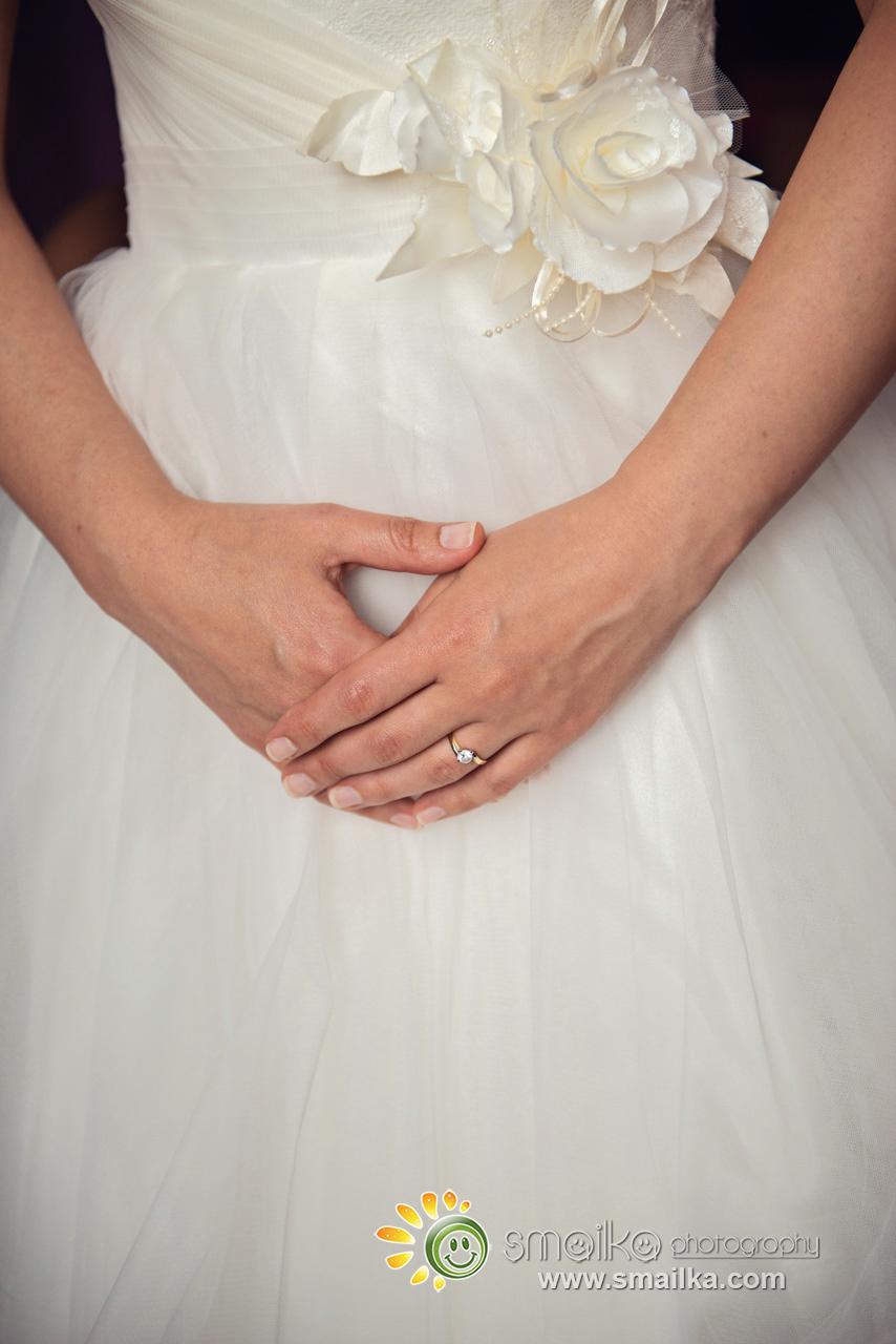 Bride closer details on hands