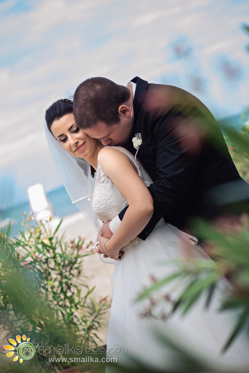 Wedding photosession newlywed couple kissing
