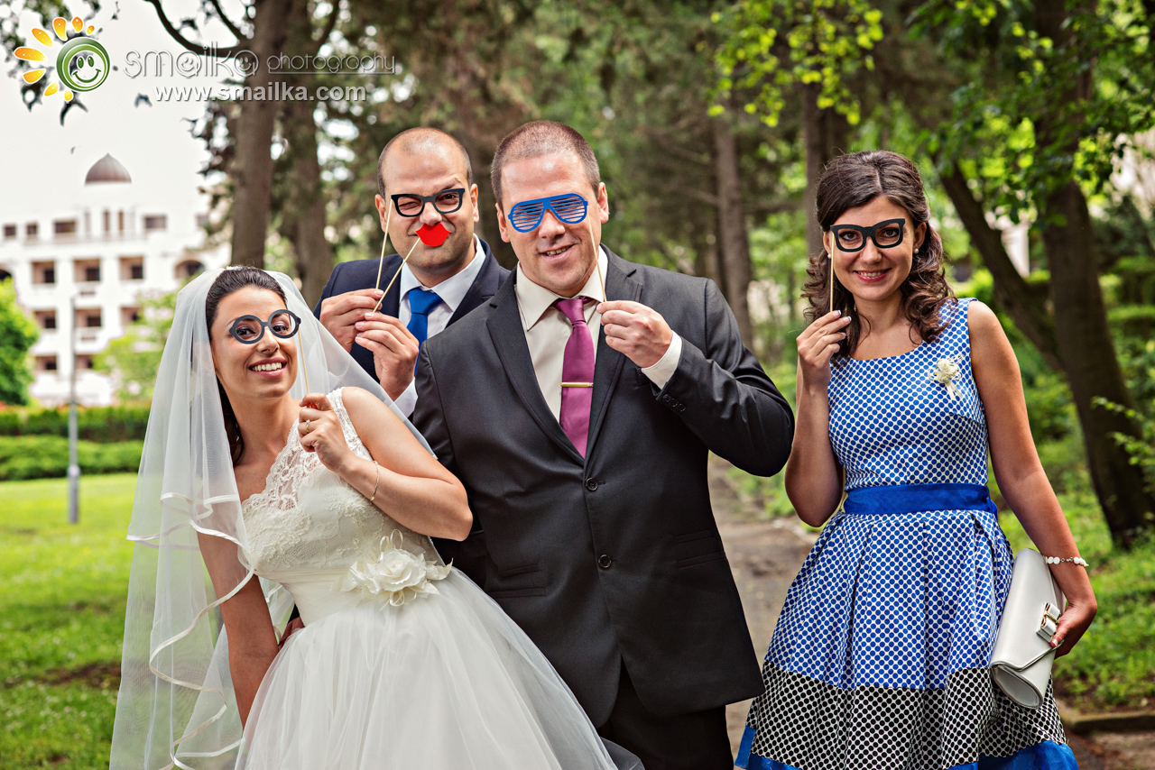 Wedding photosession couple and friends funny