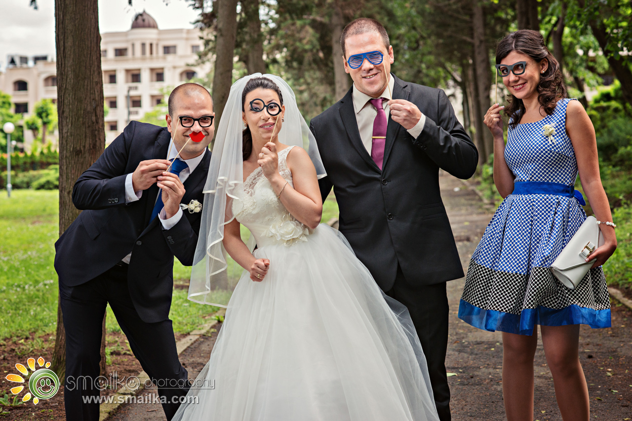Wedding photosession couple and friends