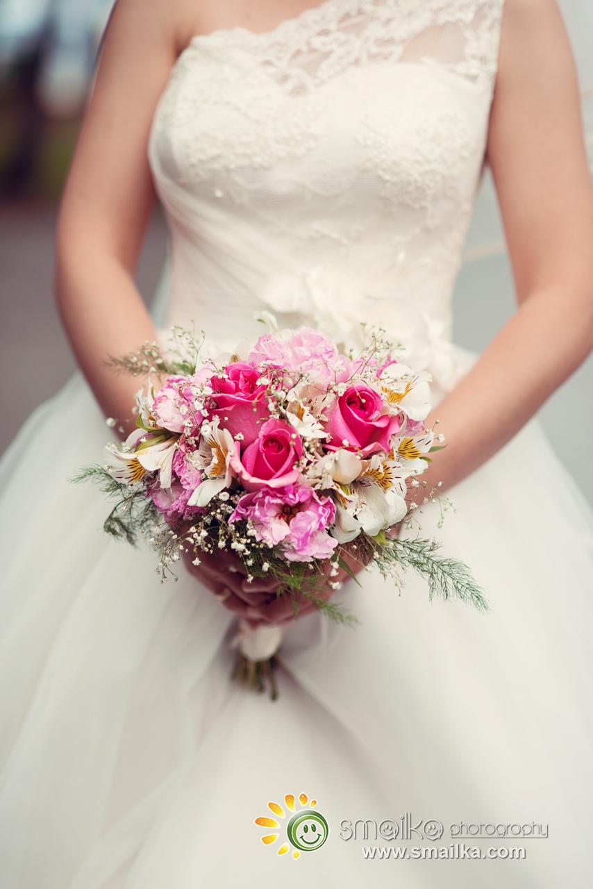 Wedding photosession bride adn the wedding bouquet