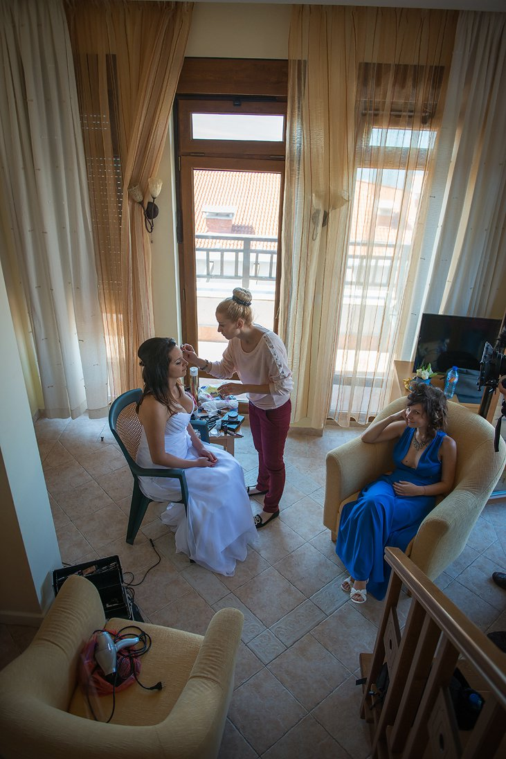 Bride preparation make up putting