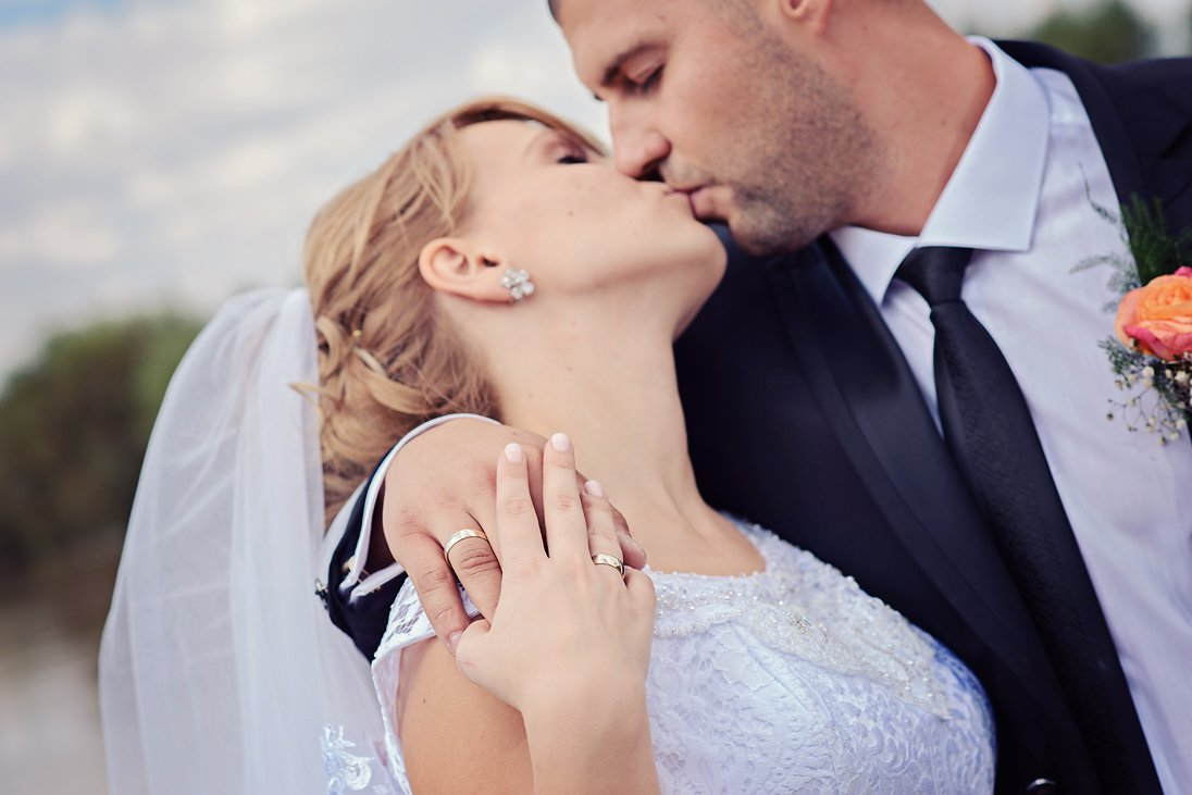 Wedding couple kissing on a wedding photo sesion