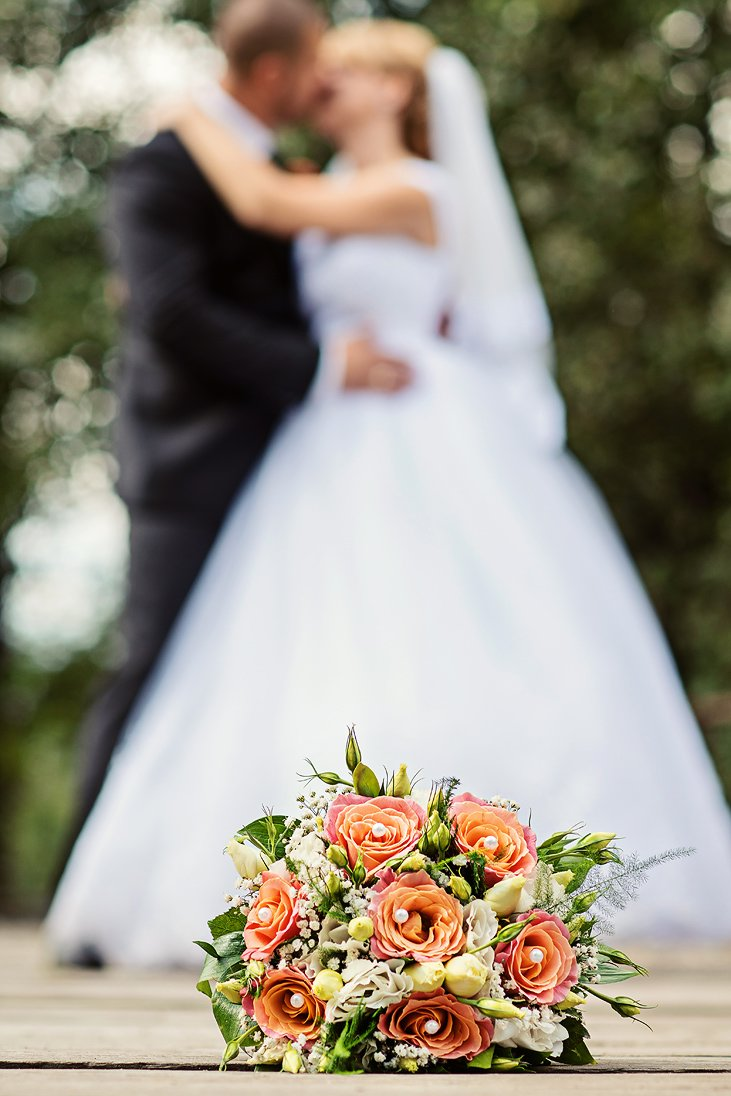 Wedding bouquet on focus in a wedding photo session
