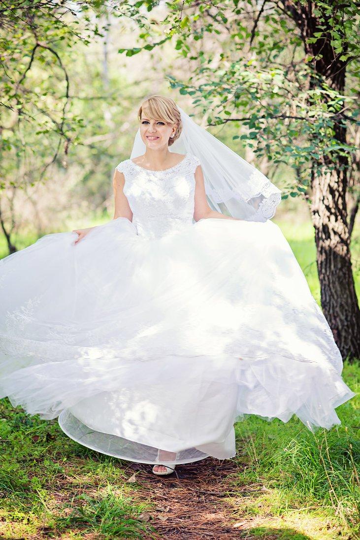 Bridal portrait under a tree