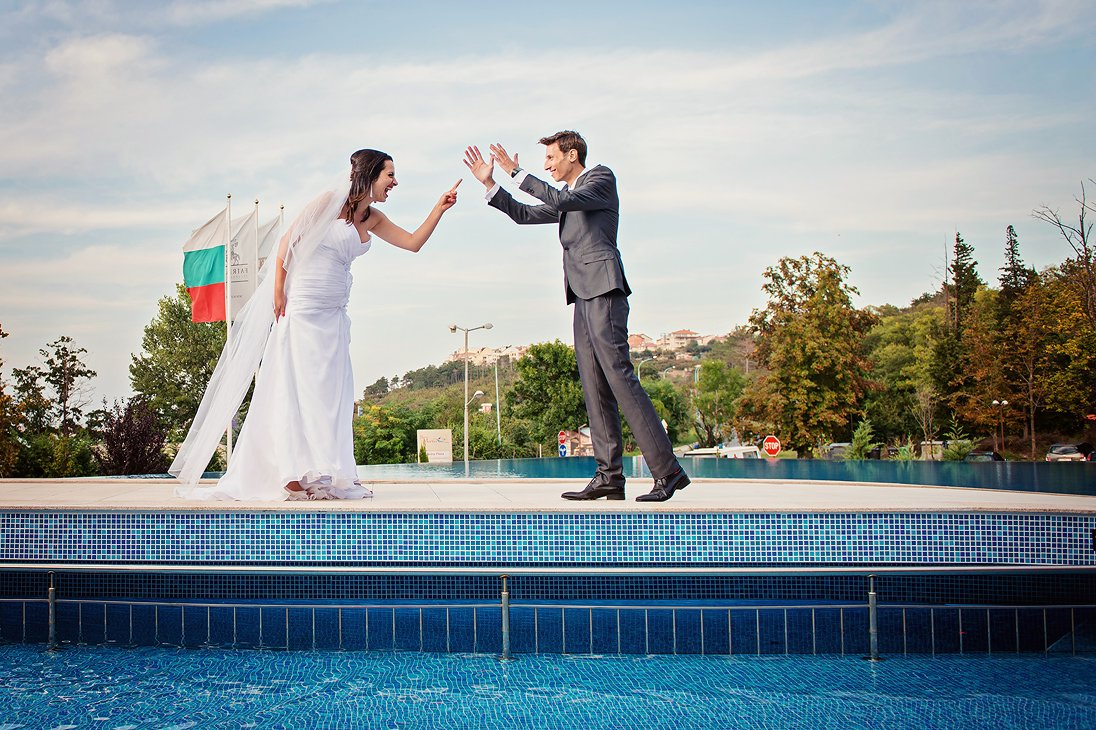 Santa Marina bride and groom photosession near a pool