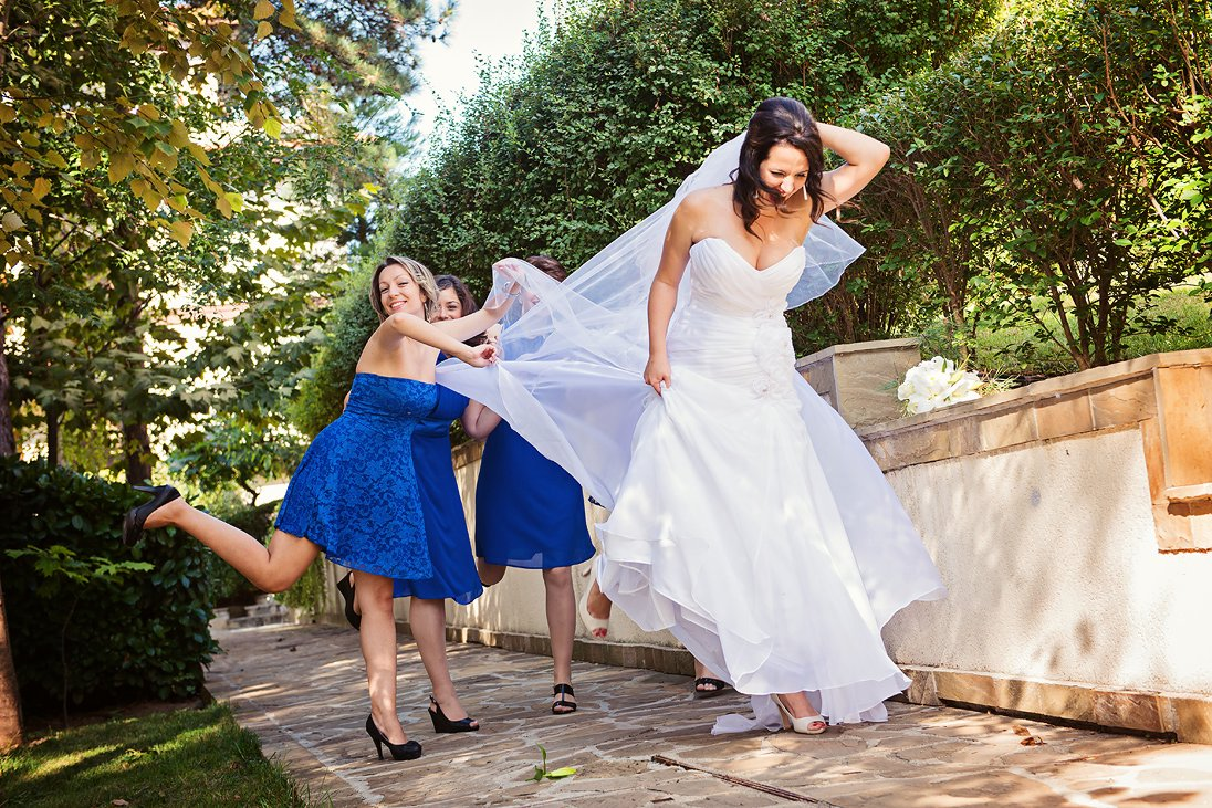 Fun and happiness in the wedding photosession