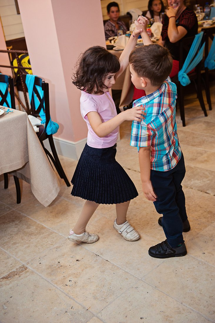 Little guests dancing on the wedding party