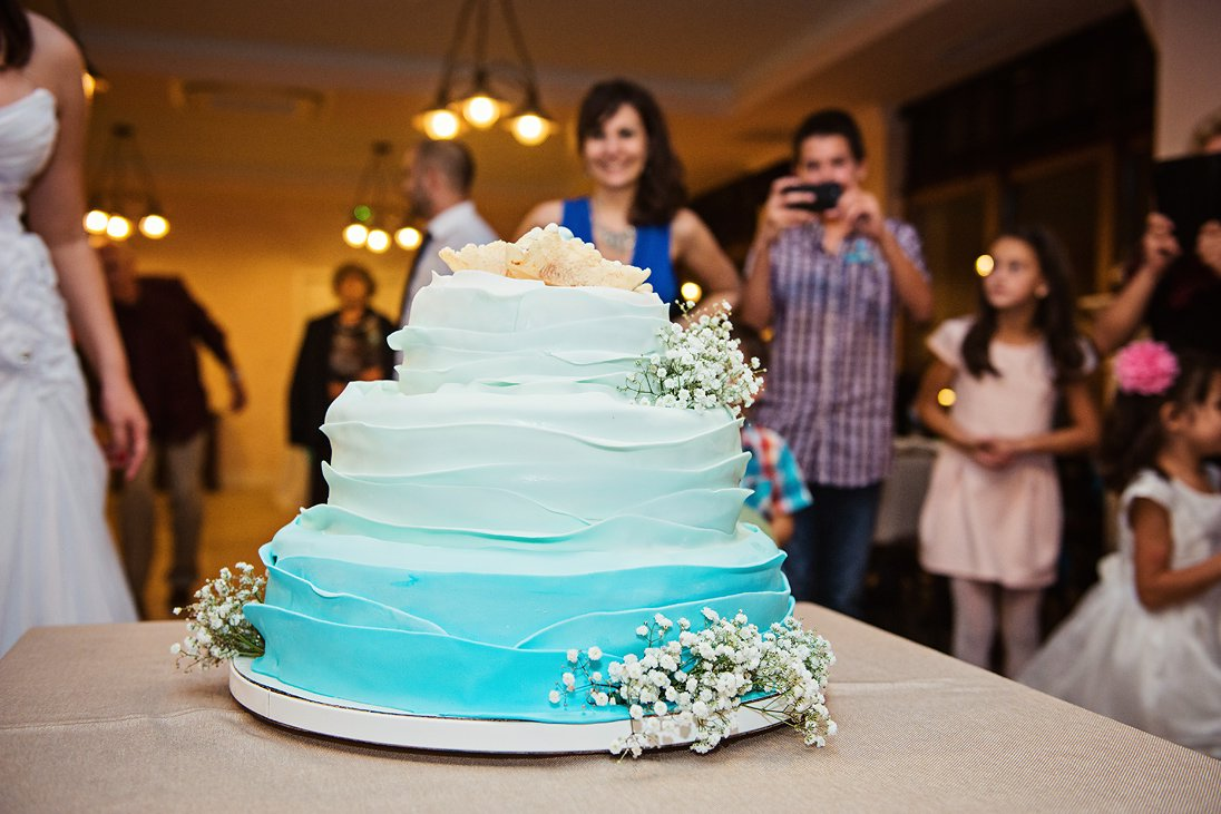 The wedding cake in blue and white