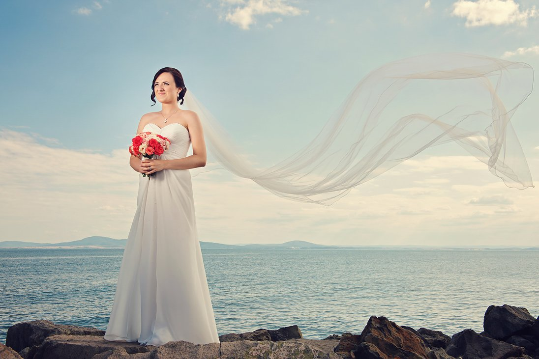Wedding photo session of the bride on the sea