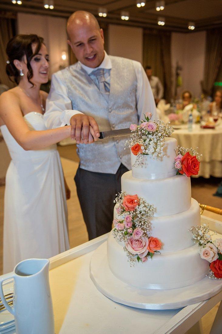 Kalina and Peter cutting the wedding cake