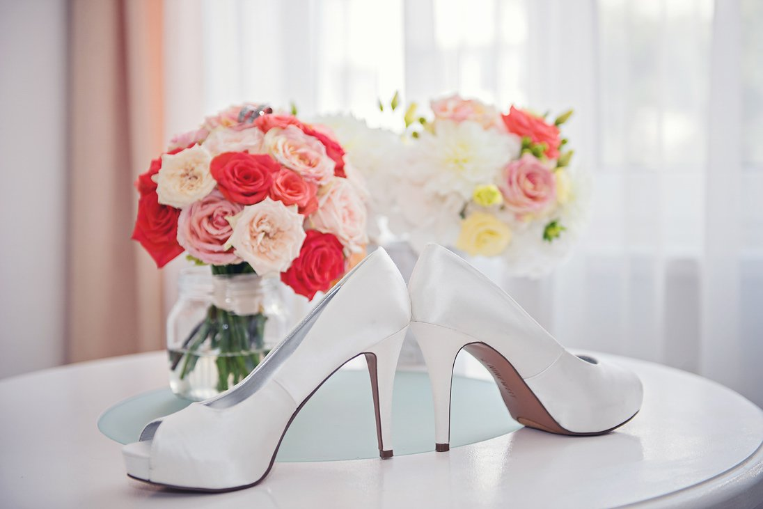 Bridal details shoes, wedding bouquets