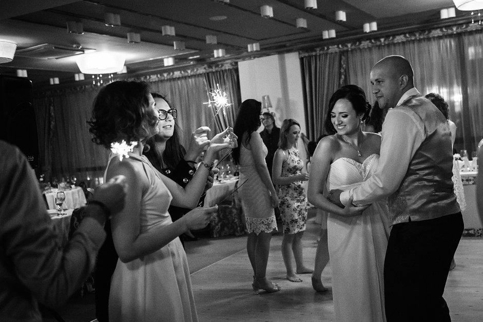 Sparkling lights dance at the wedding