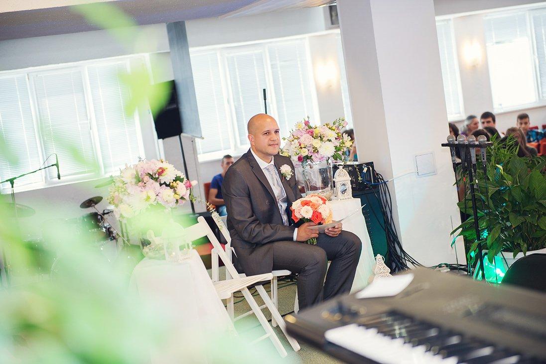 Groom holding the weddin bouquet