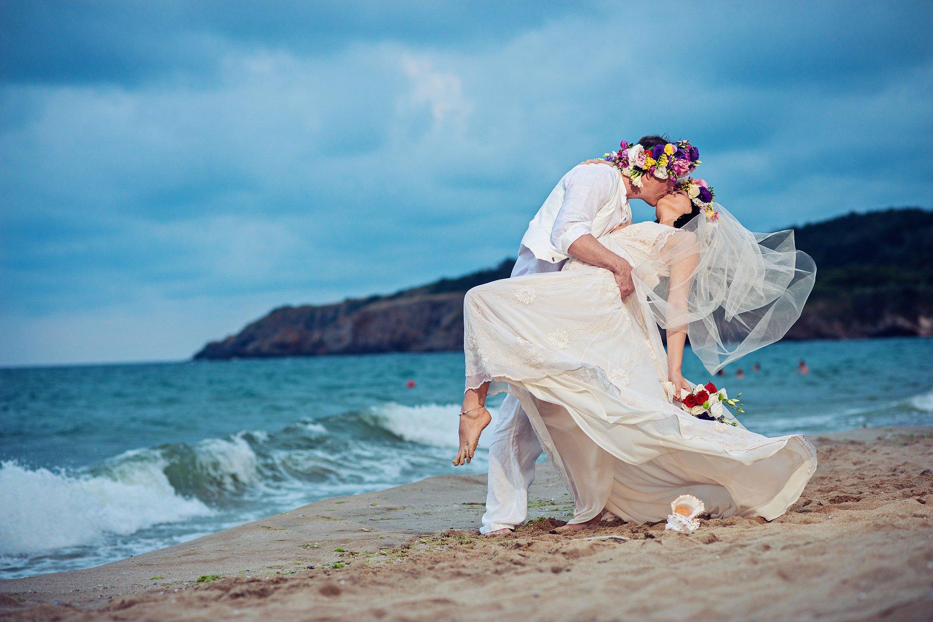 Страстна сватбена фотосесия край морето.
