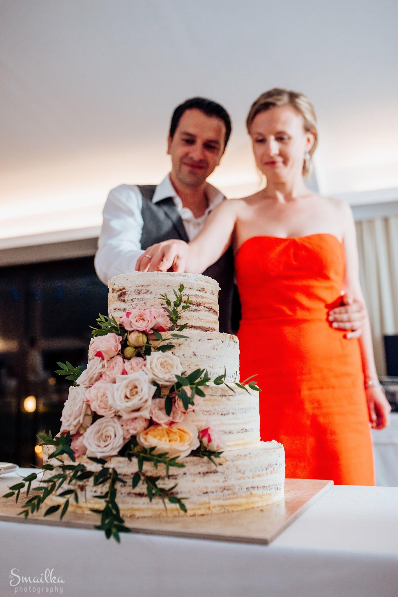 Wedding couple cutting the wedding cake