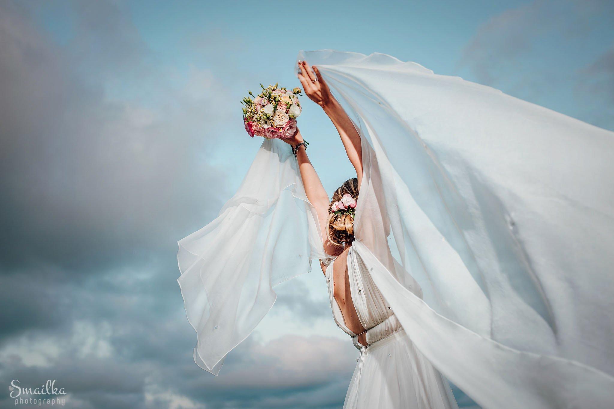 Bridal veil, bouquet, wedding dress