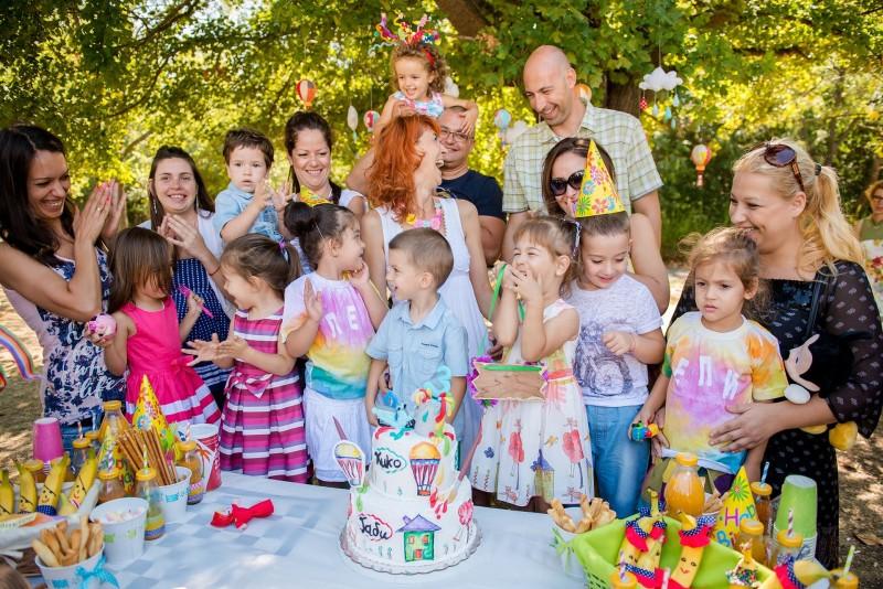 Фотография на радост и усмивки в детските рождени дни